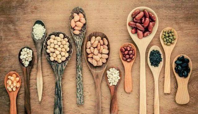 生花生和熟花生,哪个更营养?提醒:5种人最好别吃,吃了伤身