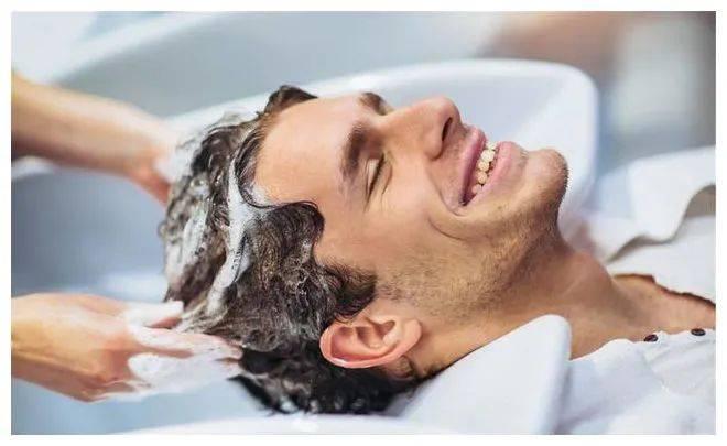 中老年人适合多久洗一次头?正确洗头,这里有5个小建议