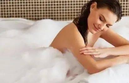 立秋后,每天洗澡的人,与一周洗一次澡的人,哪种更健康呢?