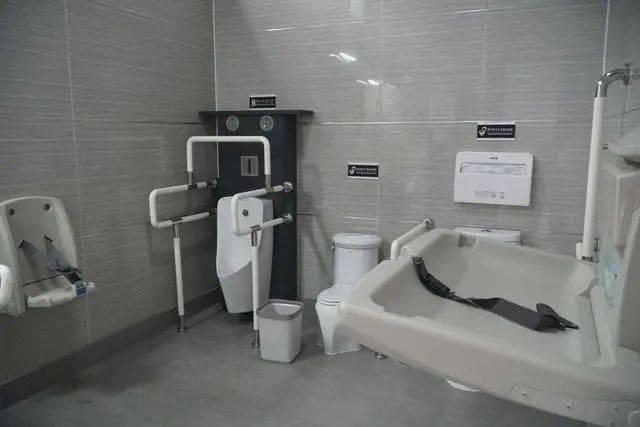 上完厕所后,为啥国外人会将厕纸冲掉,而国内人是扔进纸篓里?